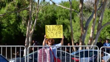 Sola con su alma. Una admiradora de Macri detrás del vallado. Miles lo repudiaron. (Foto: Maxí Jonas)