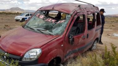 El utilitario Renault Kangoo quedó prácticamente destruído tras el vuelco. Sus ocupantes, lesionados.