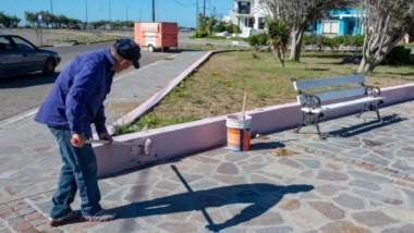 Pintura. Uno de los trabajadores municipales renueva un espacio verde en el balneario capitalino.