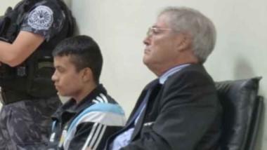 Miguel Ángel Sotelo junto a su abogado defensor en el juicio por la muerte del remisero Fernando Schmidt.
