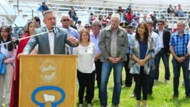 Discurso. El mandatario firmó convenios por 38 millones de pesos en obras para Río Mayo.