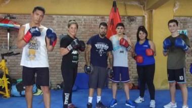 Parte del grupo de boxeo que entrena Mario Narváez en su escuela. Tanto varones como mujeres practican el deporte de los puños en Trelew.