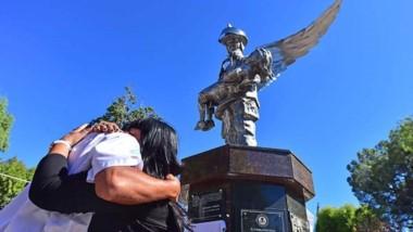 Abrazo, recuerdo y dolor. El monumento a los caídos hace 25 años. Una tragedia que marcó a la ciudad.