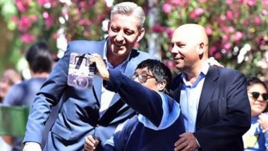 Selfie. Un vecino aprovechá la oportunidad para retratarse con lo que será la futura fórmula del Frente Federal Chubut.