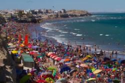 El excelente clima del fin de semana en la costa rionegrina favoreció al turismo: 25.000 turistas coparon Las Grutas.