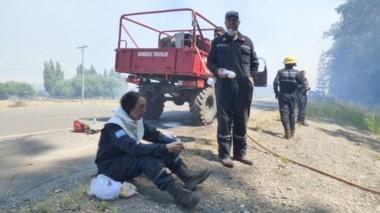 Un ejército de brigadistas y bomberos, dos aviones hidrantes y un helicóperto trabajan contrarreloj.