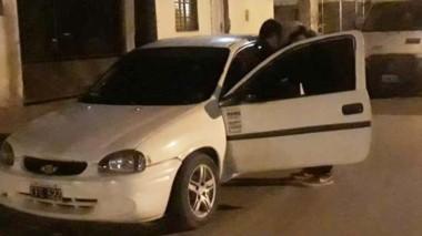 El vehículo fue violentado para que le sustrajeran un estéreo y cables.