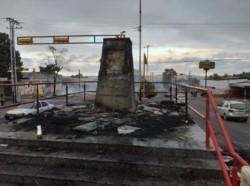 Un grupo de manifestantes destrozó una de las estatuas en homenaje a Hugo Chávez Frías.