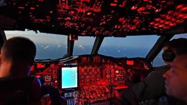 Ciudad flotante. La cabina de la aeronave mientras se acerca a un grupo de pesqueros que rozan la ilegalidad en su actividad en alta mar.