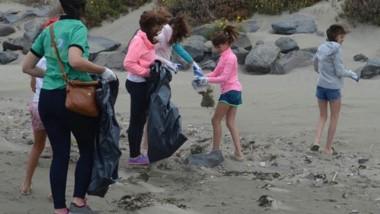Ayuda. Los vecinos se sumaron a la iniciativa oficial para dejar las playas en condiciones en plena temporada.