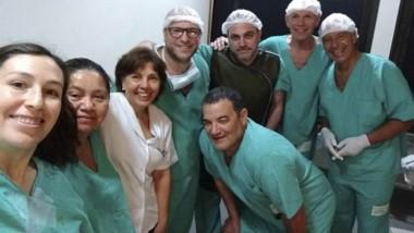 Misión cumplida. Tras la intervención, los médicos pudieron posar.