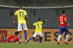 ugando con un expulsado desde el primer tiempo y con un gol en el último suspiro, Colombia eliminó a Chile.
