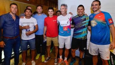 Así recibieron el intendente Adrián Maderna y la gente del club Sportmann a los jugadores invitados.