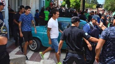 A la Comisaría. Tres personas vinculadas a la propiedad de la panadería fueron retiradas por la Policía.