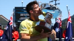 Emoción y alegría para Gustavo Fernández tras lograr su tercer título de Grand Slam y su segundo en Australia.