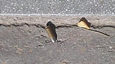 Policía madrynense investiga las municiones tiradas en la vía pública.