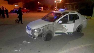 El motociclista impactó contra un taxi y fue derivado al hospital local.