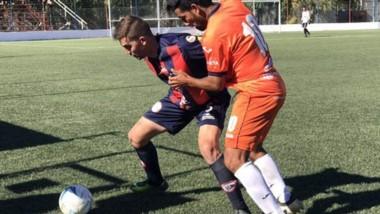 Alejandro Aguirre, de J.J. Moreno, lucha por la posesión de la pelota con Federico Folmer, de USMA.