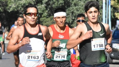 El podio: Arbe (tercero), Ocanto (primero) y Muñoz (segundo), al trote.