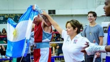 Ezequiel Mattysse celebra la victoria, por KO en el segundo round, ante Nahuel Romero. El festival se desarrolló en la localidad de Camarones.