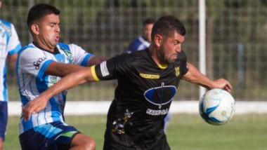"""Mariano Mc Coubrey, delantero de Deportivo Madryn, intenta ganar la posición.  El """"Depo"""" perdió y quedó eliminado de la Copa Argentina."""