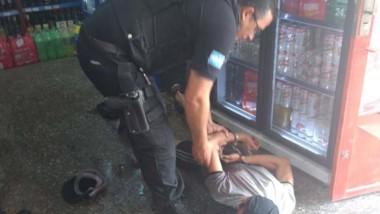 El delincuente fue aprehendido en el interior del local comercial.