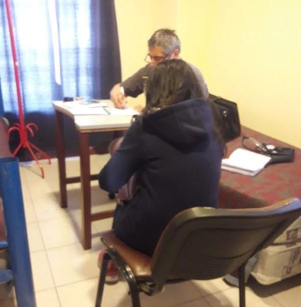 La mujer en el momento del trámite de detención de Gendarmería