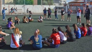 Diego Girandi, entrenador principal del plantel femenino de Racing Club, dialoga con las futbolistas en la primera jornada de actividad.