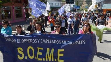 Marcha. Los municipales reclamaron en las calles cordilleranas para que el Ejecutivo mejore sus cifras.