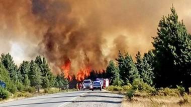 Complicado. El incendio forestal en Lago Puelo está en un lugar difícil de acceder. A ello se le suman el calor y los fuertes vientos reinantes.