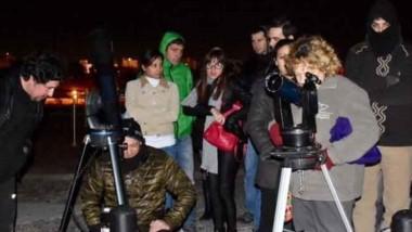 El taller busca atraer a los niños a la astronomía.