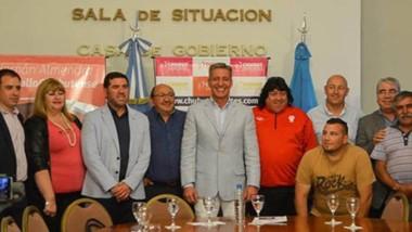 La firma de convenios se realizó en la Sala de Situación de Casa de Gobierno con Mariano Arcioni, los presidentes de los seis clubes beneficiados por el aporte y otros funcionarios.