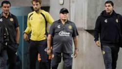 Maradona sufrió la derrota desde el banco