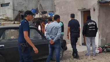 Ayer a la tarde, la Policía de Rawson allanó una vivienda del Loteo Social del Área 12 de esa ciudad.