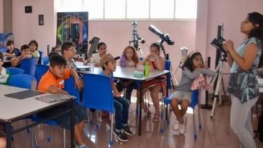 Liliana Alonso destacó la participación y el interés de los niños en el taller que se dicta en el Planetario.