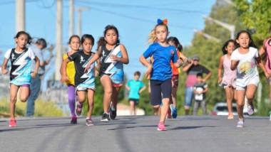 A toda velocidad corren las nenas por las calles del barrio Tiro Federal de Trelew. El evento, como cada año, fue un éxito y todos se divirtieron.