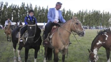 Baqueano. Una postal poco habitual del gobernador en la Fiesta de Gato y Mancha, a bordo de un caballo y junto a un pequeño vecino del lugar.