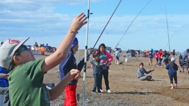 """Cientos de chicos participaron ayer en el """"Encuentro de Reyes 2019"""" de pesca, que se llevó adelante en la zona de """"Los Palos"""" de Playa Unión."""
