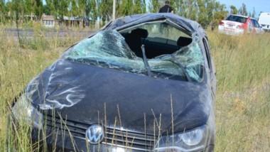 El automóvil Volkswagen Voyage muestra los daños que tuvo tras despistarse y volcar  a mitad de camino.