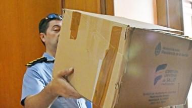 Barbijos. La Policía se lleva de Casa de Gobierno una caja con la protección tradicional cuando se trata de contagios vía aérea.