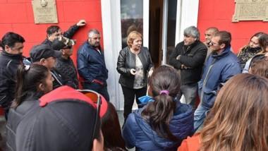 Cara a cara. La jefa comunal capitalina a cargo charló con los referentes sindicales para intentar descomprimir la protesta en la sede rawsense.