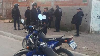 Personal policial detuvo a uno de los jóvenes que estaba a los balazos.