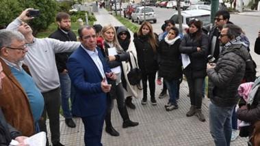 A la salida de la Legislatura, un grupo de manifestantes se acercó para hablar con los diputados sobre las alternativas para superar la crisis.