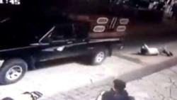 Miembros enfurecidos de una comunidad indígena del sur de México asaltaron un municipio y capturaron al jefe comunal, a quien maniataron y luego arrastraron.