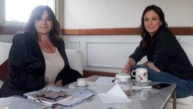 Carolina Stanley recibió proyectos de Esquel de manos de Fabiana Vázquez.