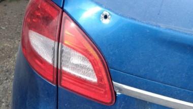 El vehículo Ford Fiesta apareció en sarmiento con marcas de balas.