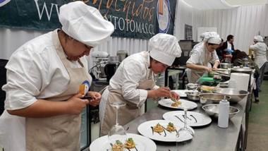 Las jóvenes cocineras pertenecen al Centro de Formación Profesional Nº 657 de Lago Puelo.