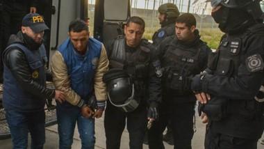 Con suma frialdad, efectivos de las fuerzas federales y la Policía del Chubut, recibieron al criminal que viajó más de 1500 kilómetros atado.