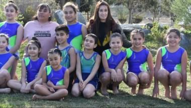 Diecisiete nenas y dos nenes de Escuela de Km 5 de Comodoro, participa en el Nacional de Trampolín en Rosario.