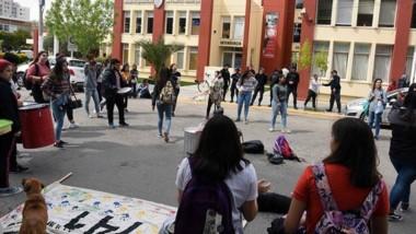 Se vivieron momentos de tensión durante la medida frente al edificio municipal de Puerto Madryn.
